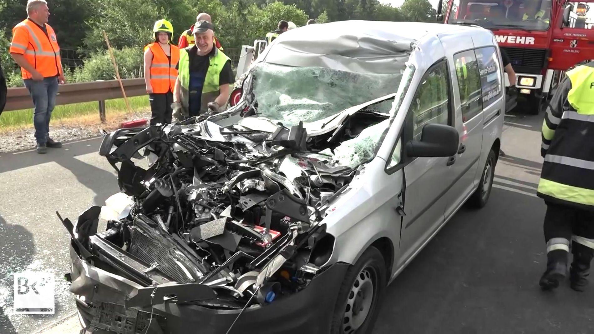 Die Front des VW-Caddy ist komplett zerstört