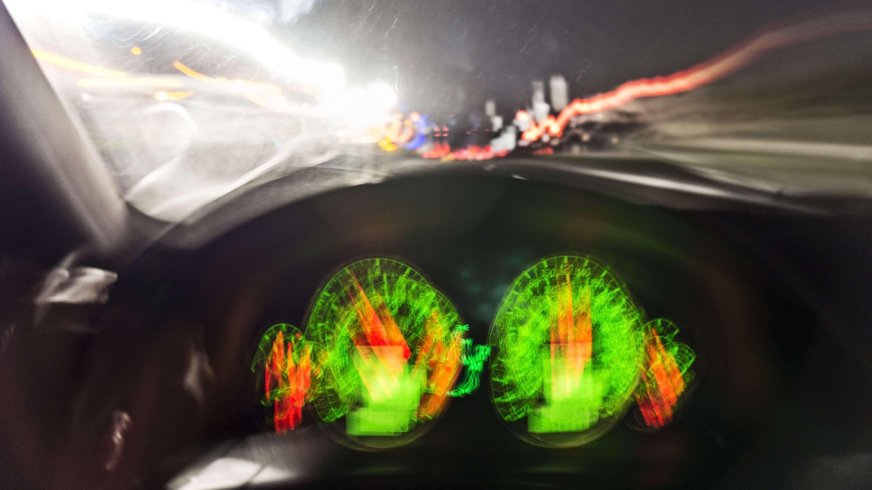 Armaturenbrett eines Autos mit Gegenlicht und starker Bewegungsunschärfe