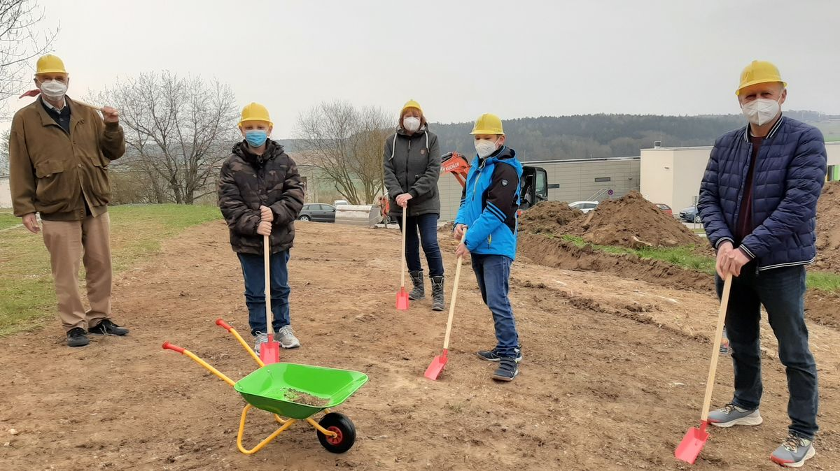 Spatenstich für speziellen Spielplatz u.a mit Hans Dorfner (r.) und Irmgard Scherübl vom VKKK (Mitte). Auch zwei kleine Patienten helfen mit.