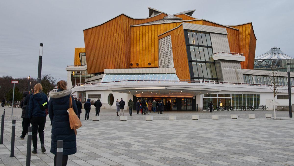 Menschenschlange vor der Berliner Philharmonie.