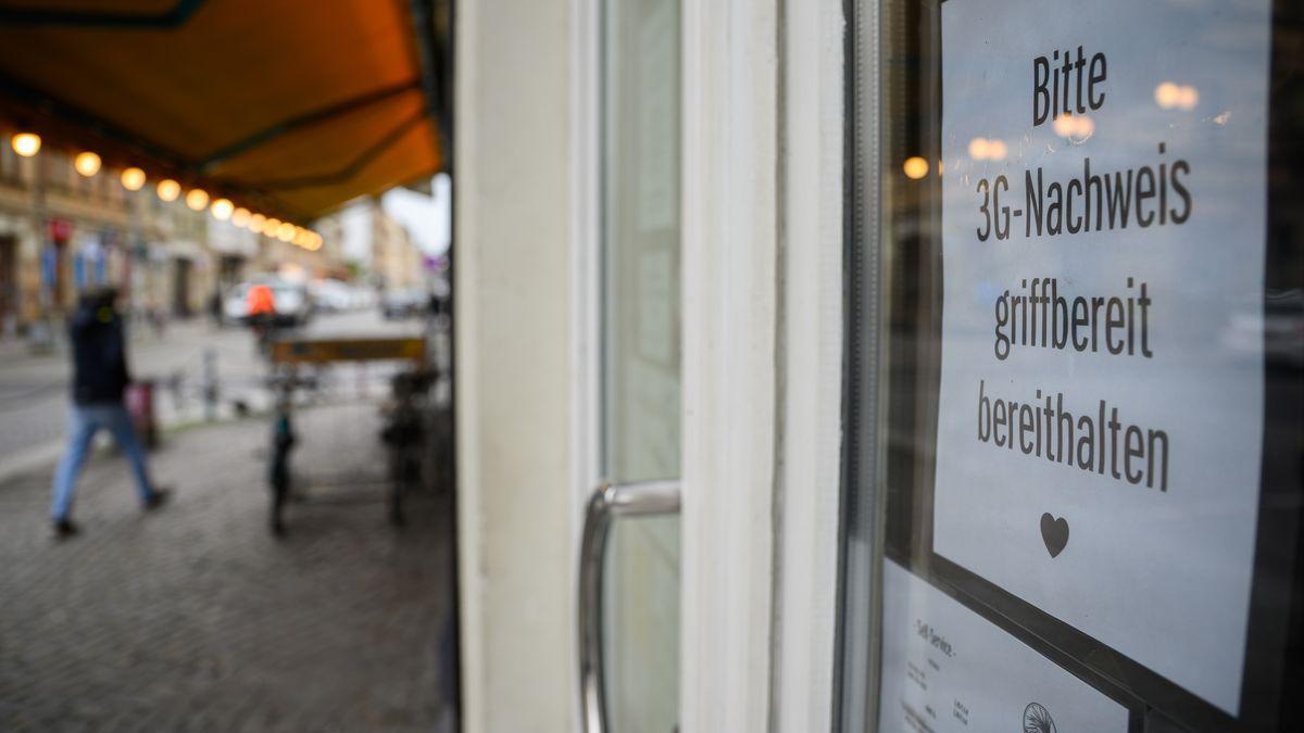 """""""Bitte 3G-Nachweis griffberei bereithalten"""" steht auf einem Zettel an einer Bar."""