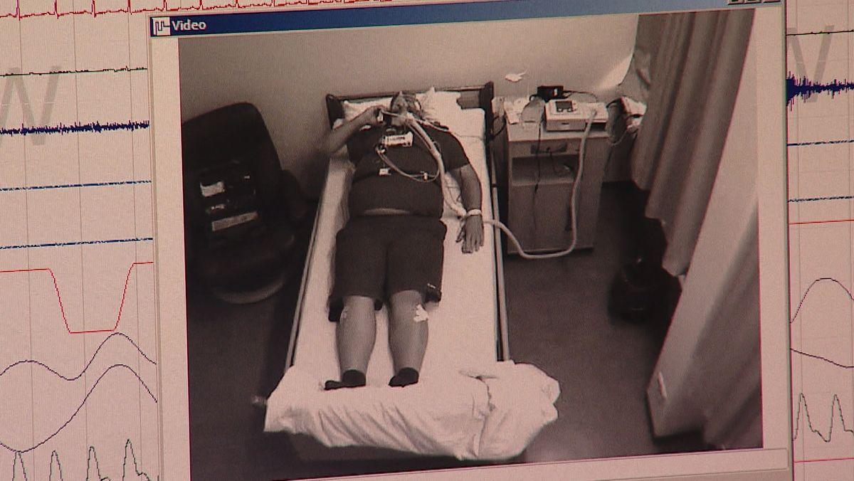Im Schlaflabor werden Patienten vom Nebenzimmer aus eine Nacht lang überwacht.