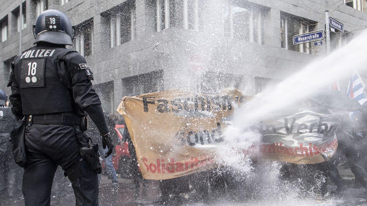 Polizei mit Wasserwerfer gegen Demonstranten in Frankfurt