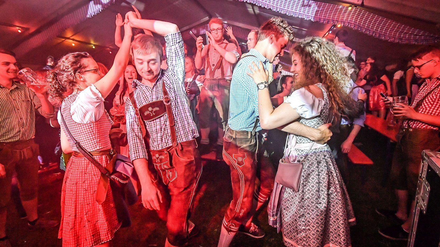 Junge Menschen in Tracht tanzen
