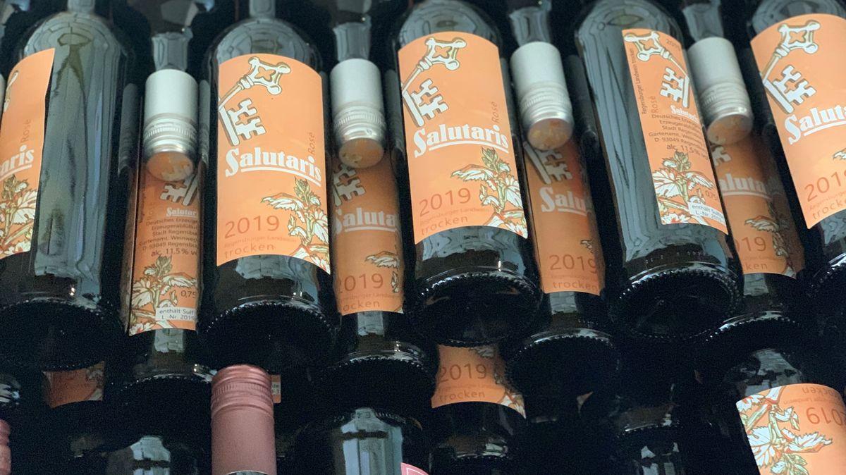 """Flaschen des Regensburger Stadtweins """"Salutaris""""."""