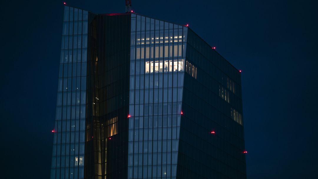In einem oberen Stockwerk der Europäischen Zentralbank (EZB) ist ein Bürotrakt beleuchtet