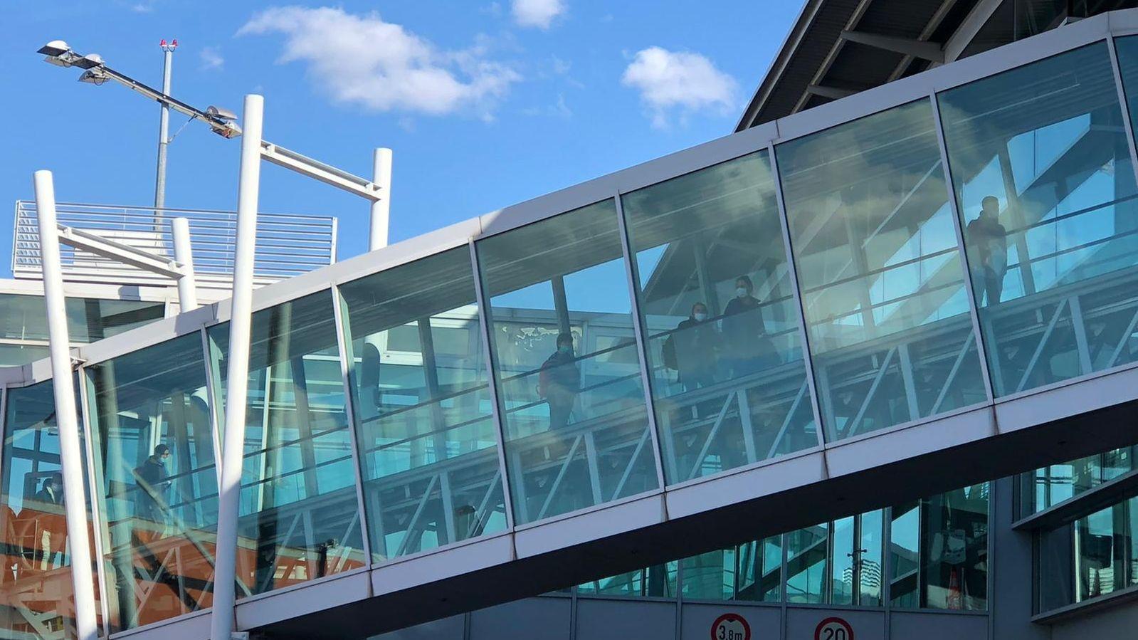 Ein Flugzeug mit Saisonarbeitern aus Bukarest ist in Nürnberg gelandet.