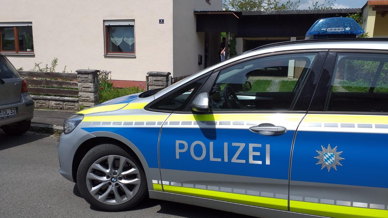 Ein Polizeiauto vor dem Tatort in Grafenwöhr im Kreis Neustadt an der Waldnaab.