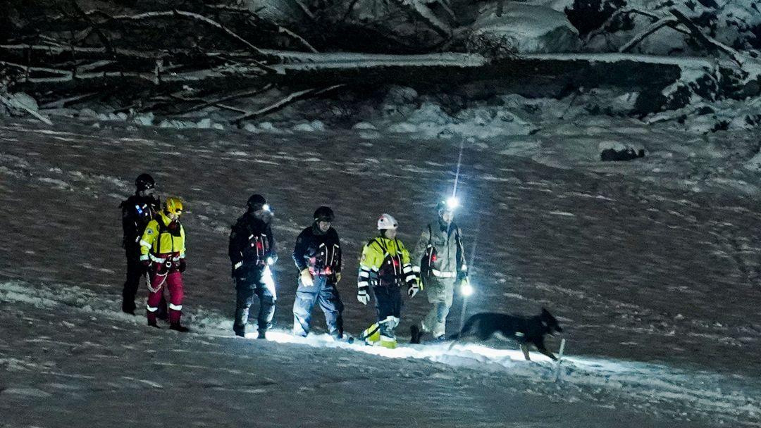 Ein Rettungstrupp sucht nach vermissten Menschen.