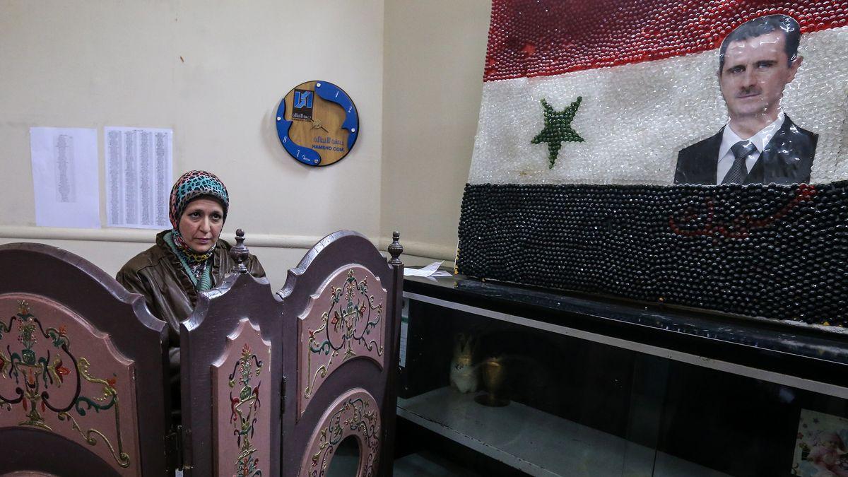 Archiv: Syrische Frau in Wahllokal (2016)