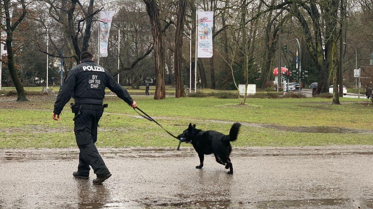 Polizist mit Drogenspürhund