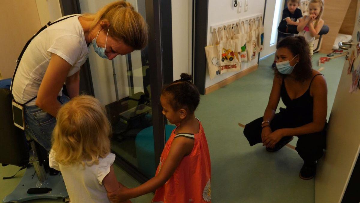 Stella darf zum ersten Mal wieder ins Haus für Kinder in Moosach und wird von Freundin Olivia und Erzieherin Laura begrüßt.