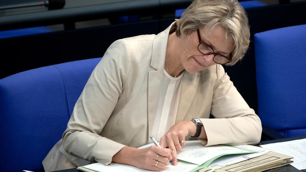 Die Bundesministerin für Bildung und Forschung, Anja Karliczek (CDU), macht sich Notizen. | Bild:pa/dpa/Paul Zinken