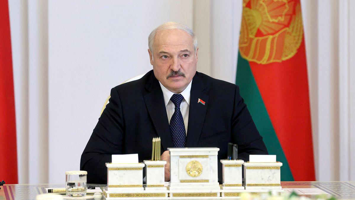 23.07.2021, Belarus, Minsk: Alexander Lukaschenko, Präsident von Belarus, spricht während einer Kabinettssitzung.