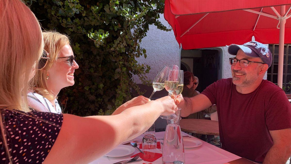 Gäste eines Restaurants in Passau stoßen an
