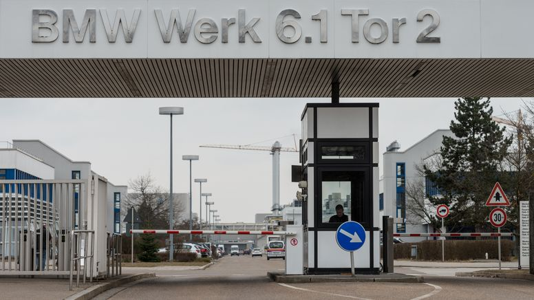 Zufahrt zum BMW-Werk in Regensburg   Bild:picture alliance / dpa   Armin Weigel