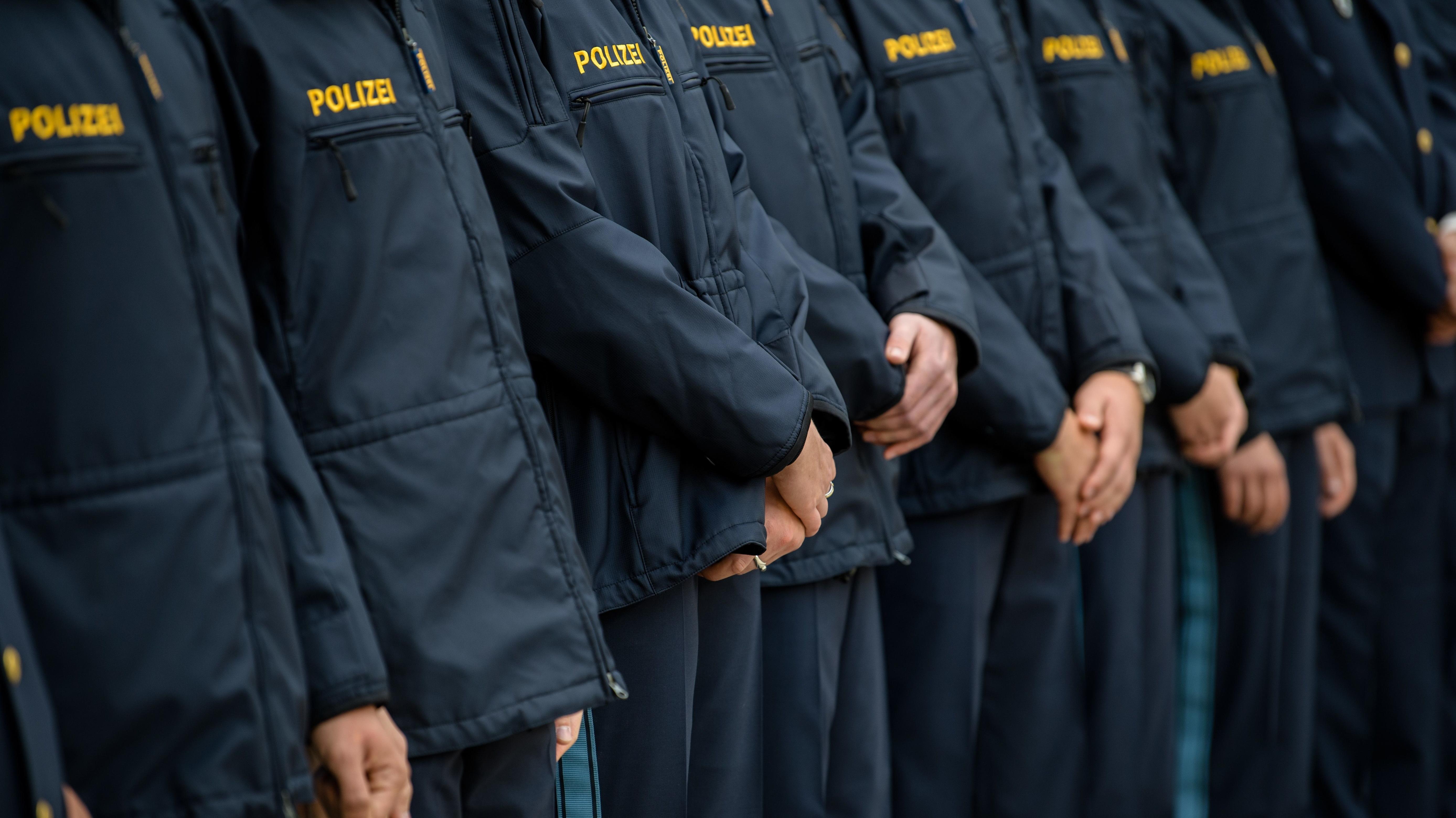 Hände von Polizistinnen und Polizisten.