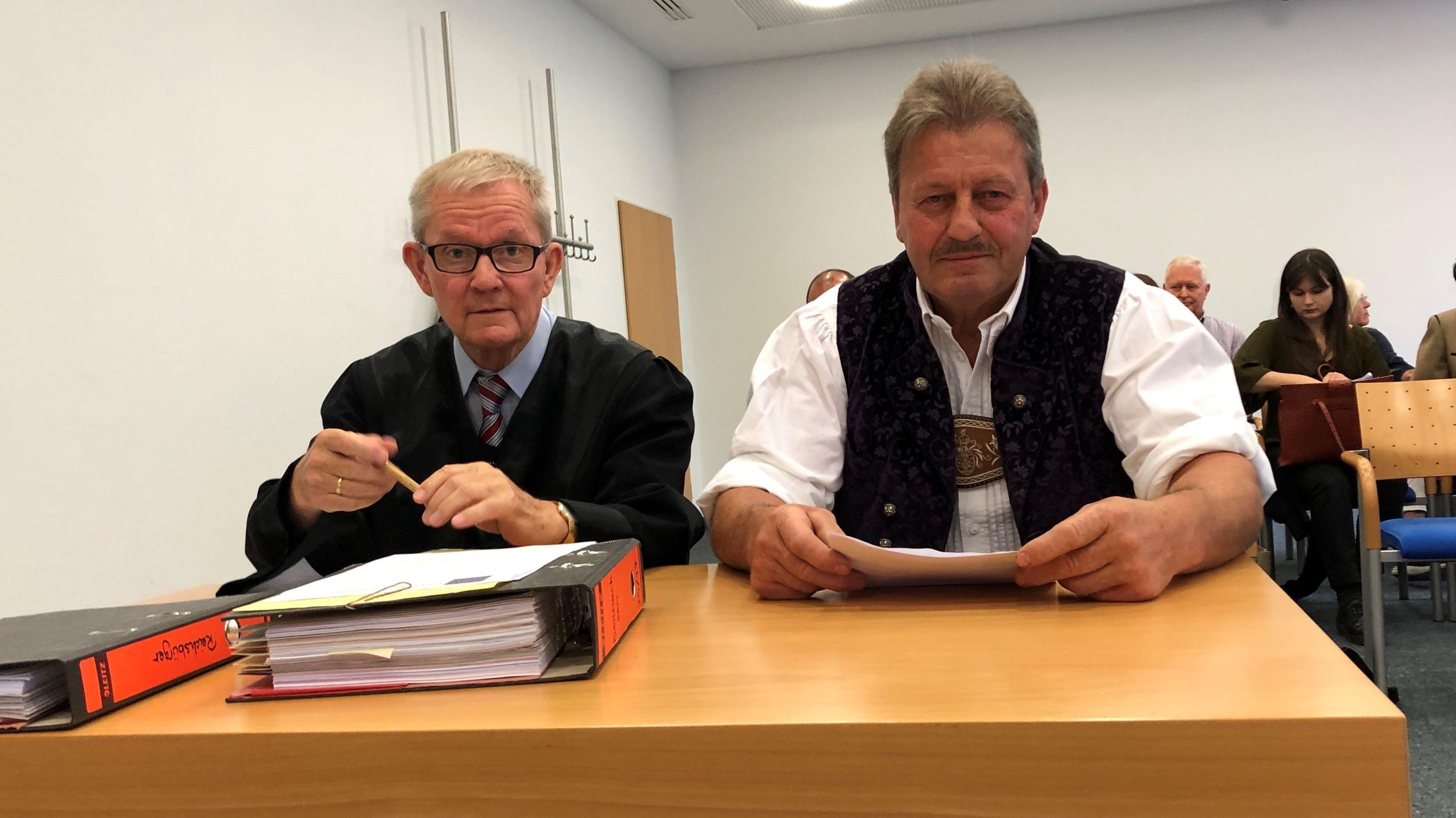 Kläger und Hauptmann der Gebirgsschützen (rechts) mit seinem Anwalt im Verwaltungsgericht München.