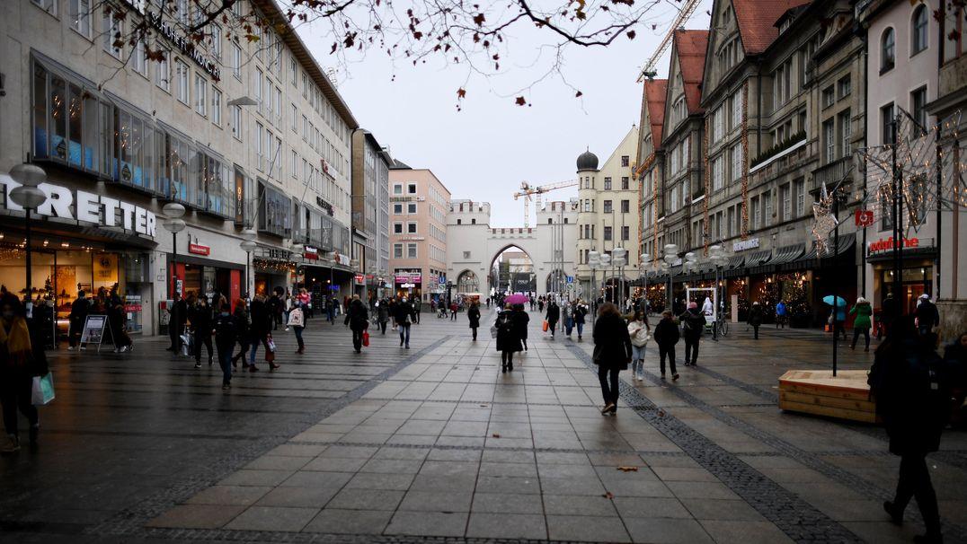 12.12.2020, Bayern, München: Wenige Einkäufer sind in der Fußgängerzone an diesem Adventssamstag unterwegs.