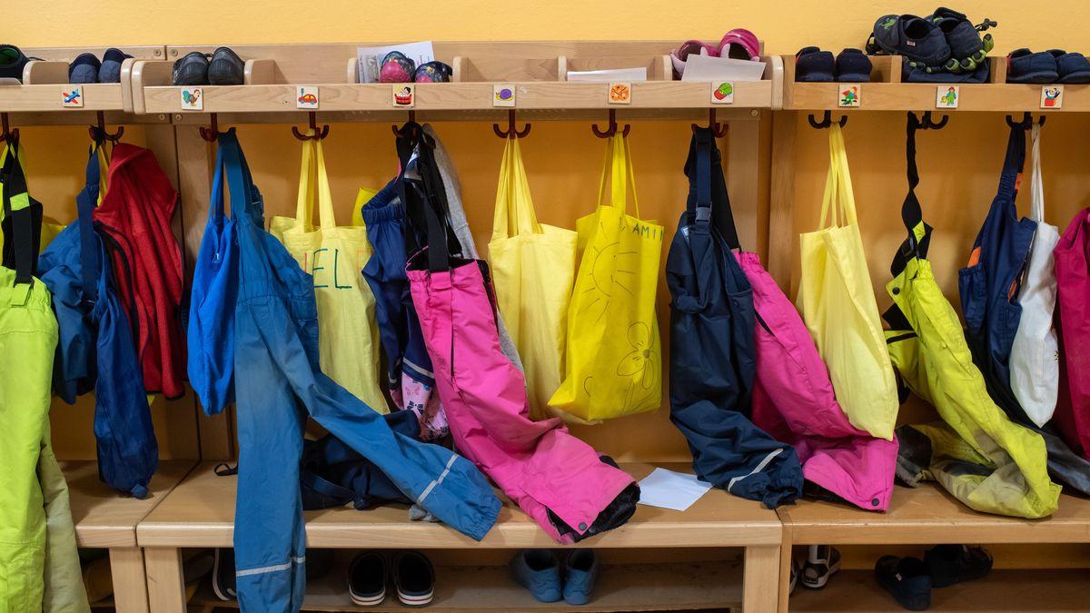 Schuhe, Matschhosen und Taschen hängen im Februar 2020 in der Garderobe eines Münchner Kindergartens.