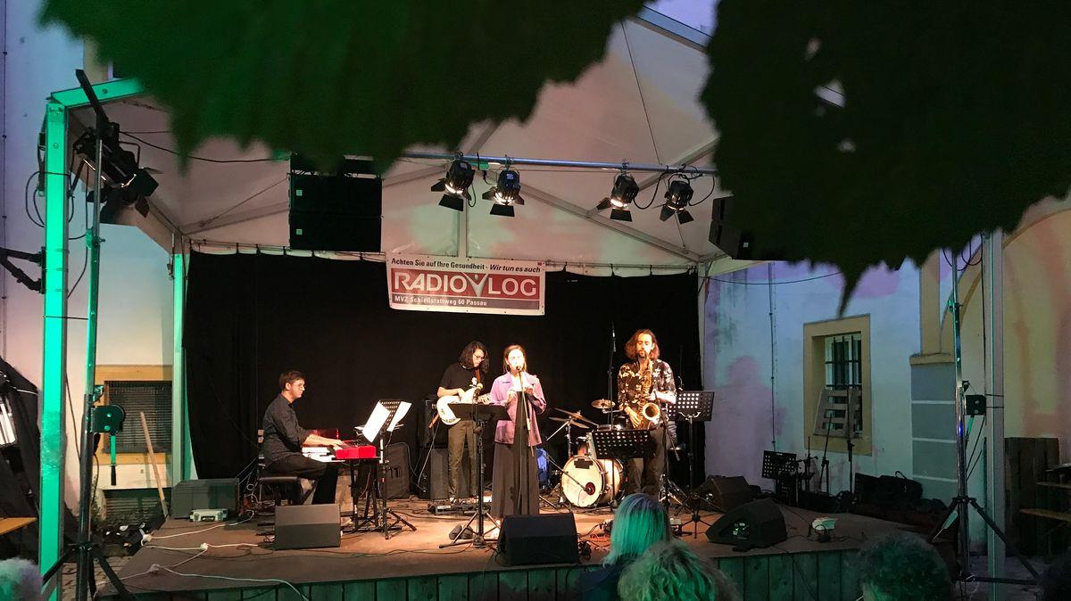 Bühne auf dem Jazzfest Passau im Innenhof des Passauer Rathauses