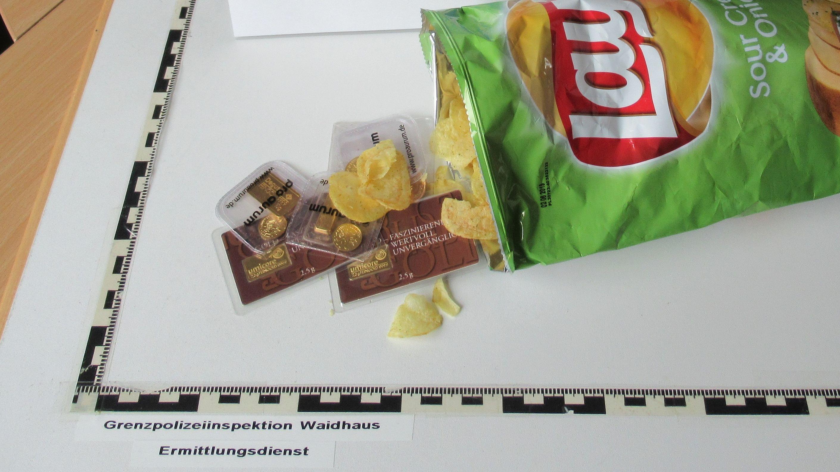 In der Chipstüte versteckten die Männer Goldmünzen und Schmuck