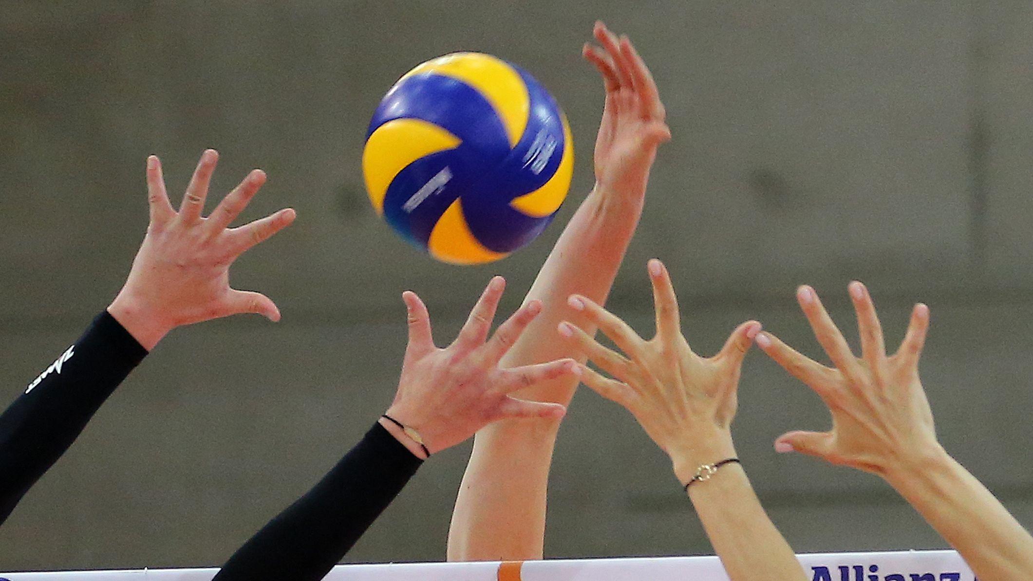 Ballszene am Netz während eines Damen-Volleyballspiels