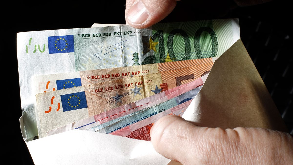 Ein Kuvert mit Geldscheinen