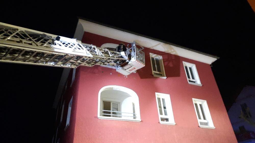 Die Feuerwehr evakuiert ein Wohnhaus in Pocking