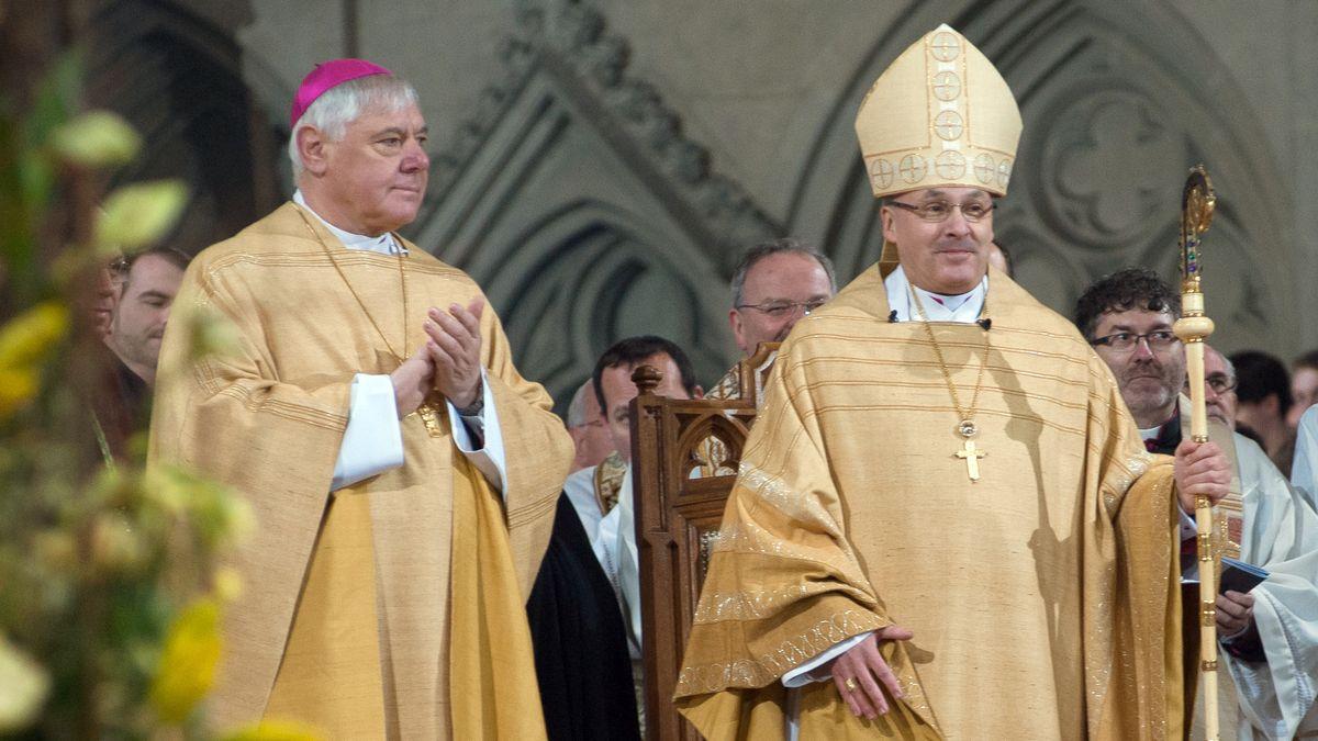 Der Bischof von Regensburg, Rudolf Voderholzer (r), steht im Regensburger Dom St. Peter neben seinem Vorgänger Gerhard Ludwig Müller.