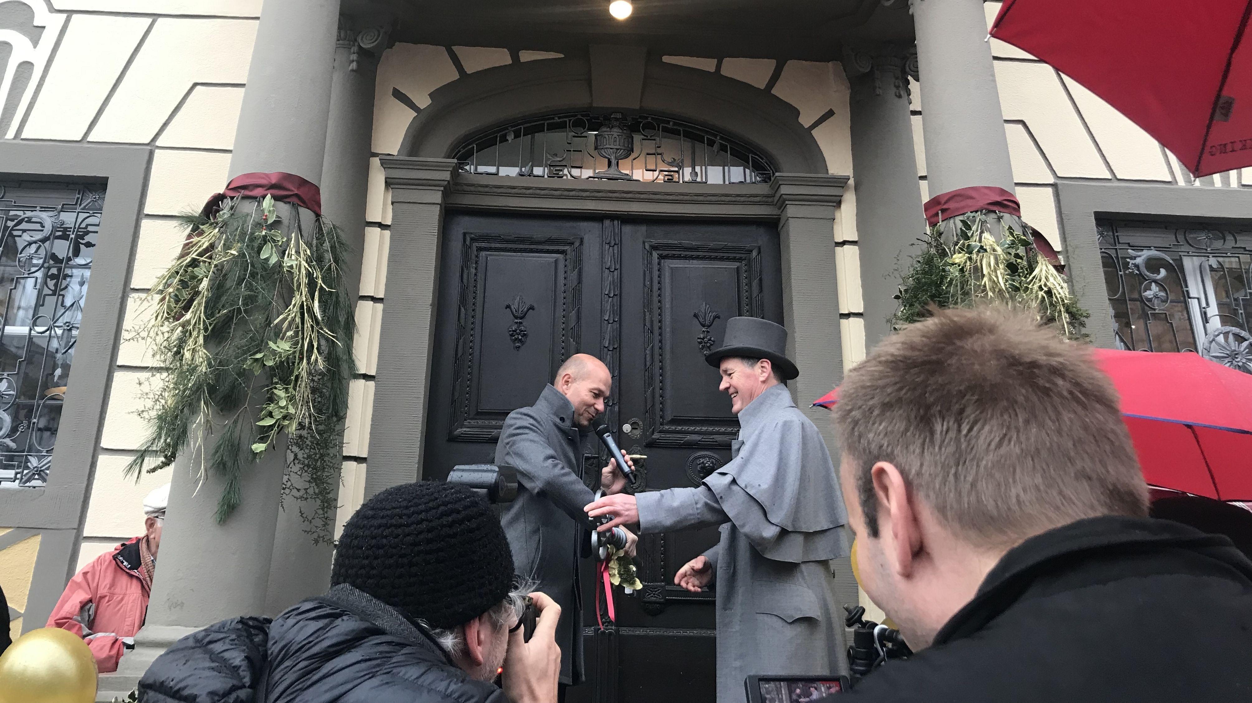 """""""Herr Zumstein"""" übergibt den Schlüssel an OB Thomas Kiechle"""