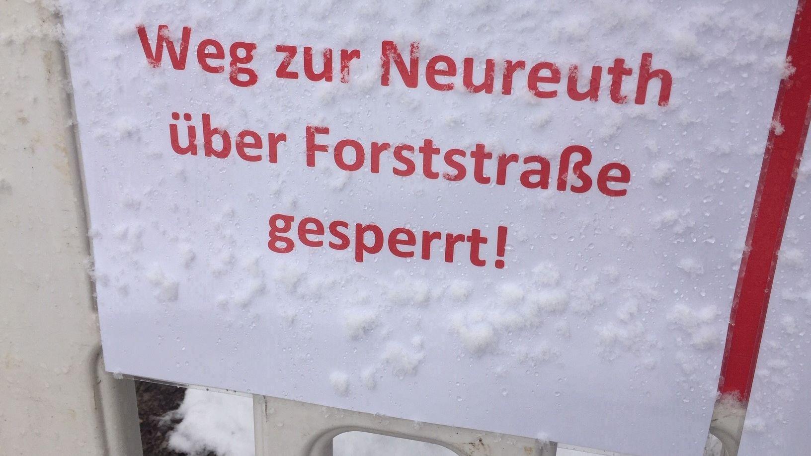 Schilder an der gesperrten Forststraße nach Neureuth, Foto vom 18. Januar 2020.