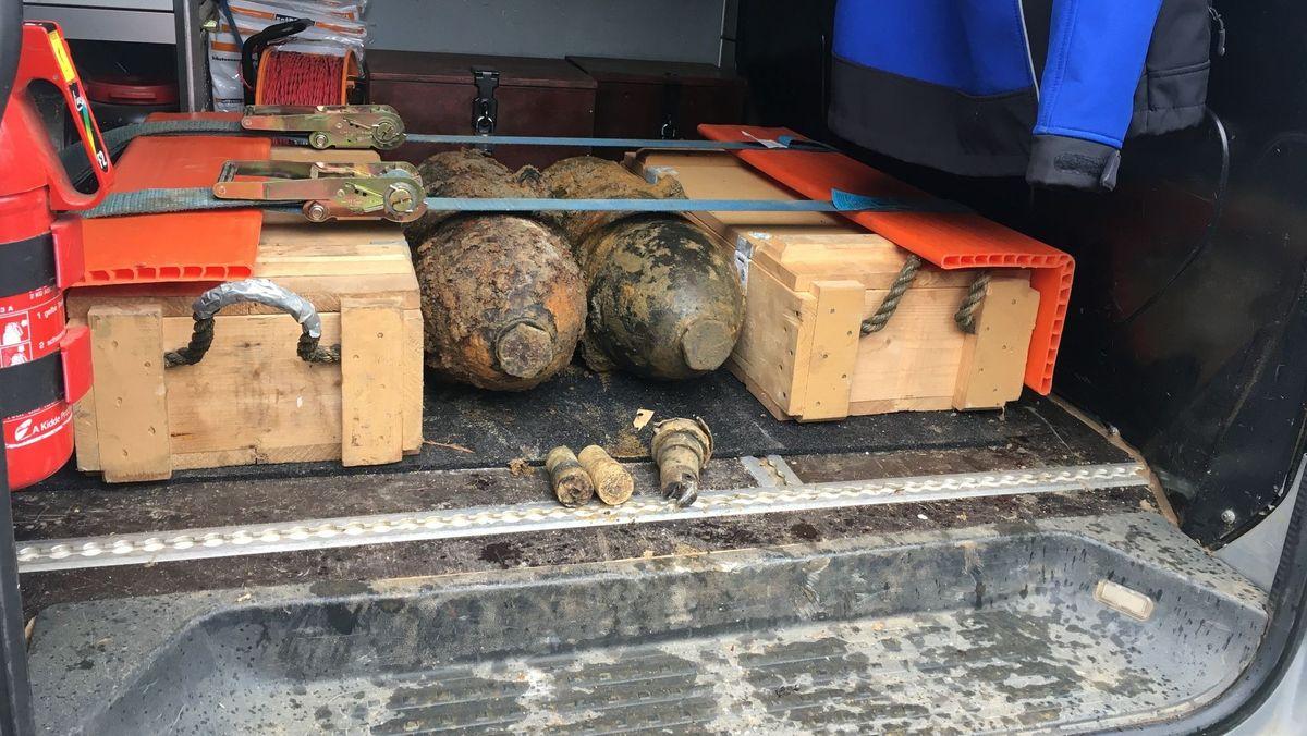 Zwei Bomben liegen gesichert im Laderaum eines Transporters.