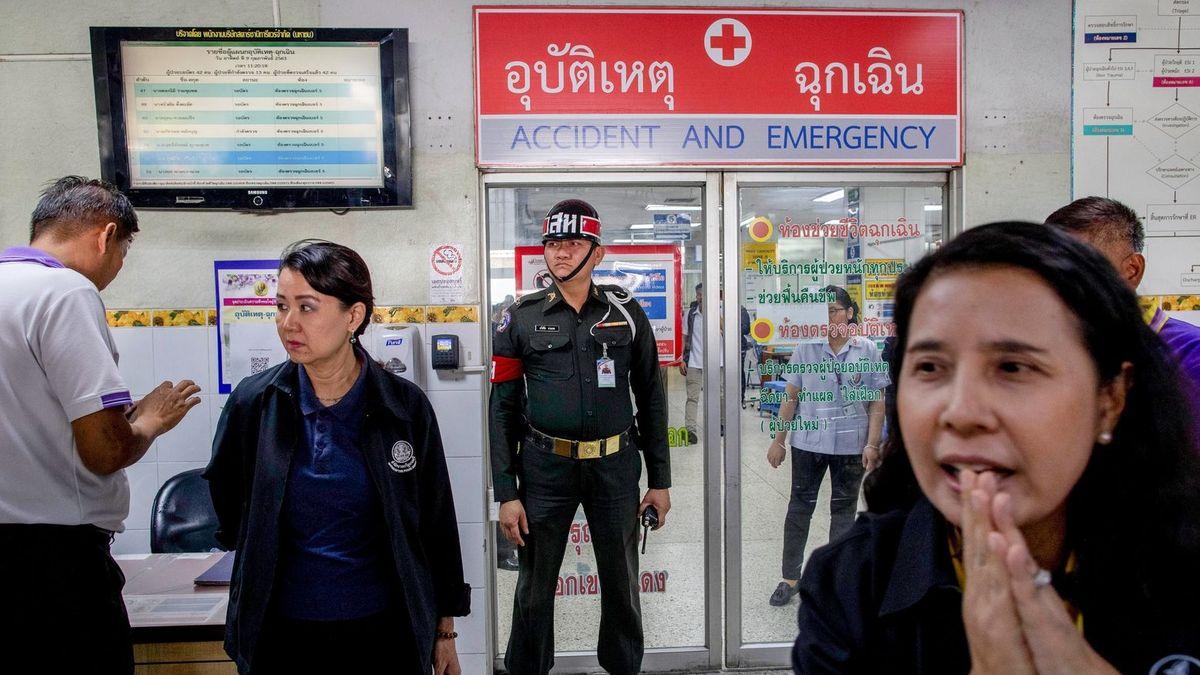 Ein Militärpolizist vor der Notaufnahme, wo die Opfer behandelt werden.