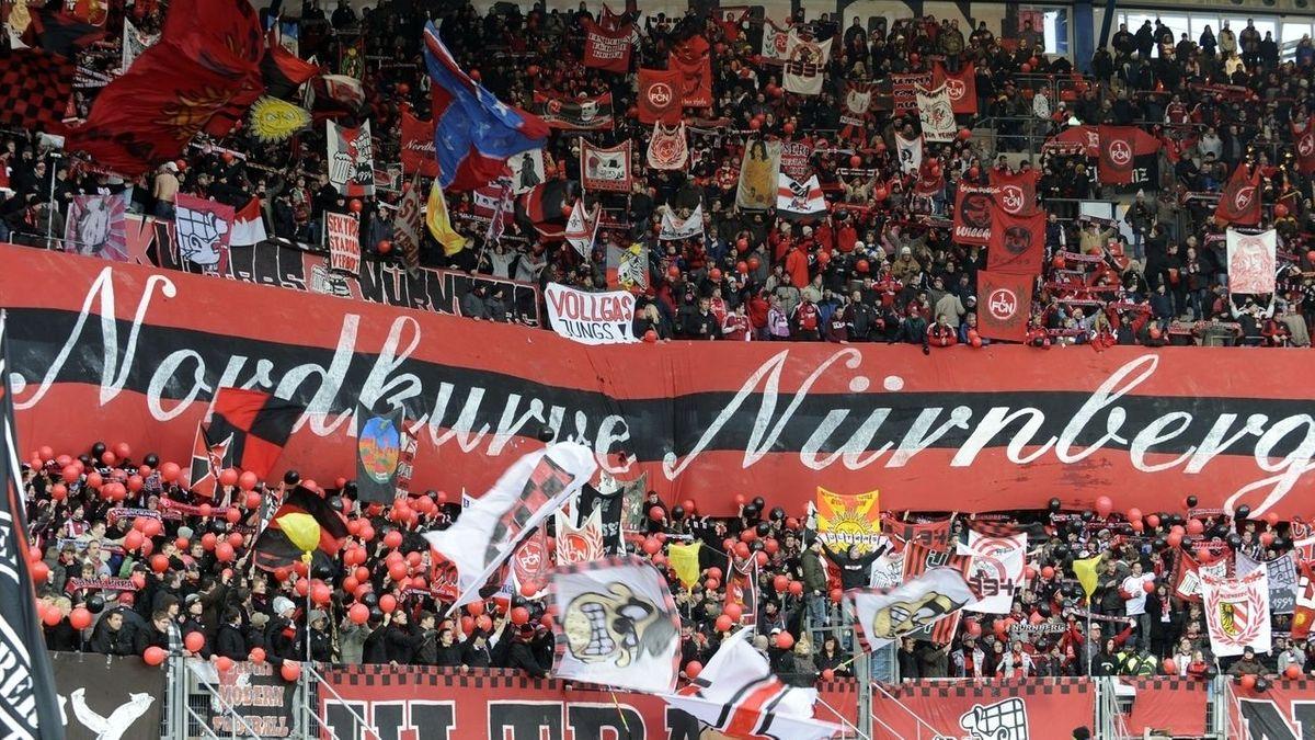 Fans des 1. FC Nürnberg in der Nordkurve (Archiv)