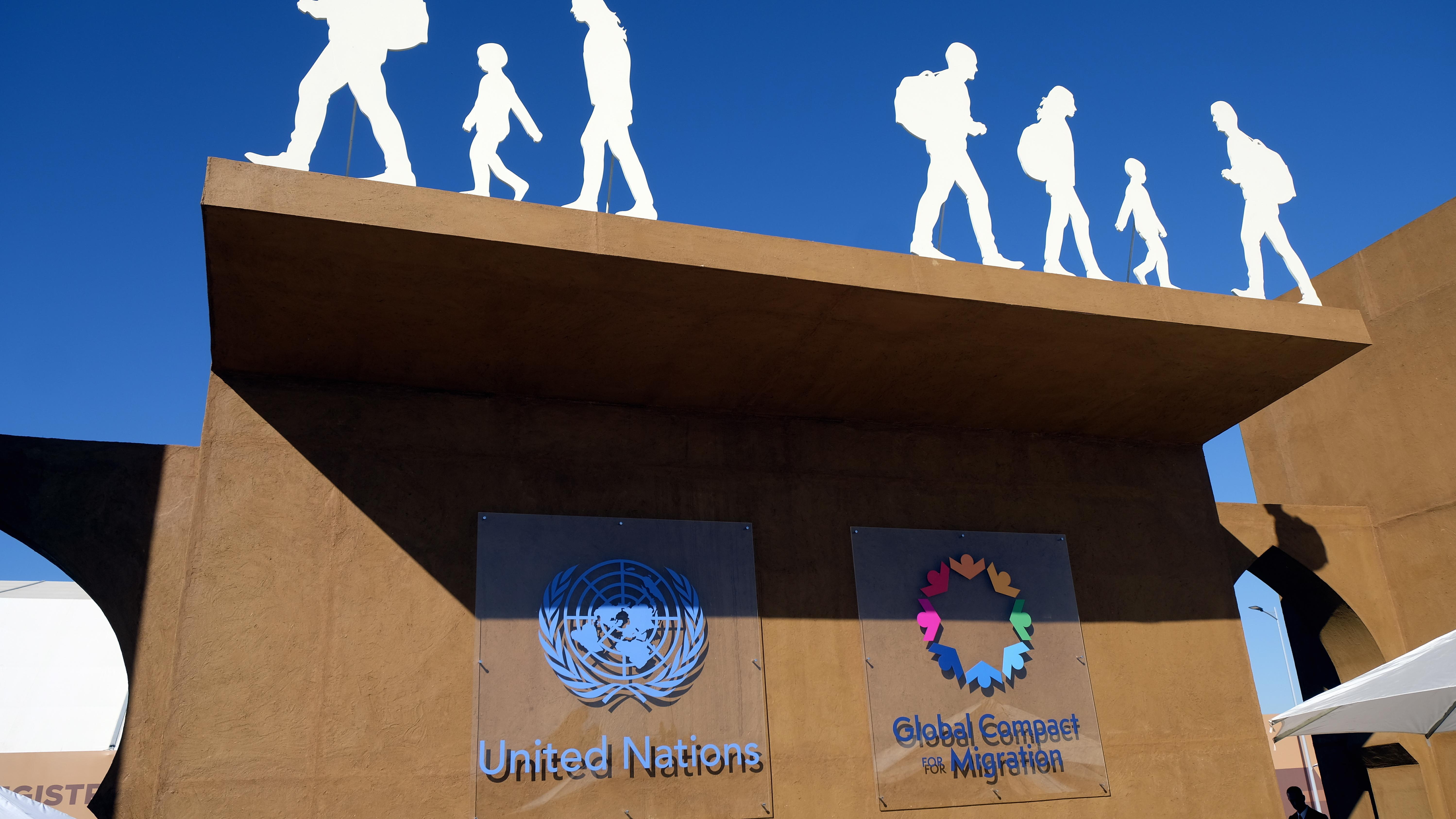 Die Logos der Vereinten Nationen (United Nations) und des Migrationspakts (Global Compact For Migration)
