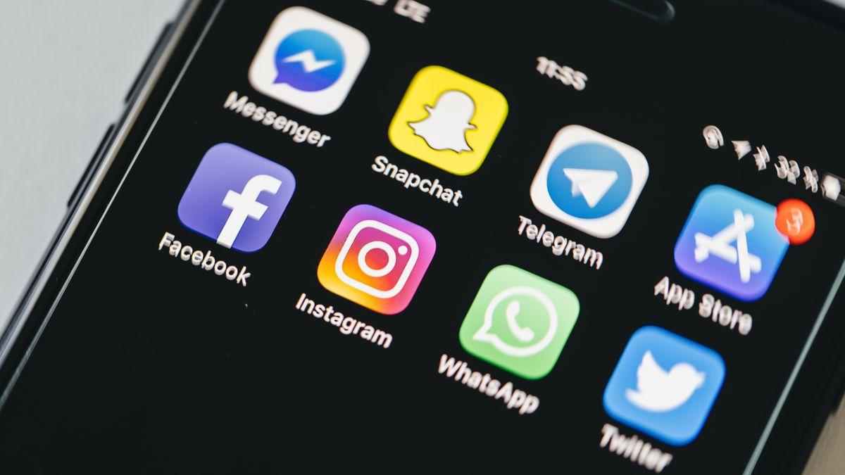 Auf einem Smartphone sind verschiedene Social Media-Apps zu sehen