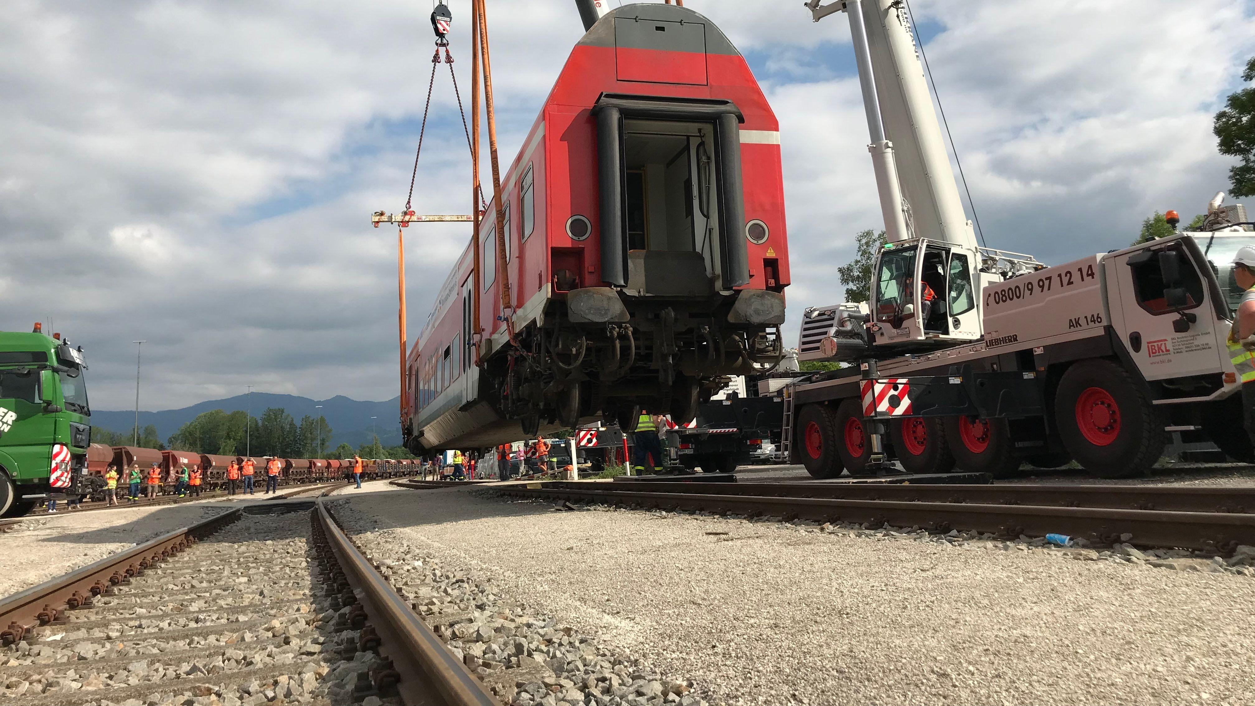 Der Zugwaggon wird angehoben und schwebt über den Gleisen.