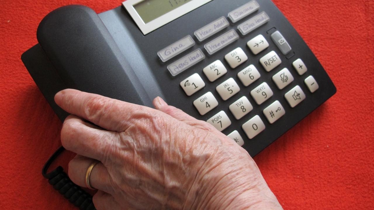 Falsche Polizisten haben eine Senioren im Allgäu am Telefon überredet, insgesamt 33.000 Euro zu übergeben.