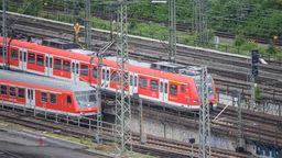 Die Elektrifizierung der Bahnstrecke Regensburg-Hof rückt näher. Der Bundesrat hat am Freitag ein Gesetz beschlossen, das dieses und andere wichtige Bauprojekte für den Zug- und Schiffsverkehr beschleunigen soll. | Bild:dpa/Sebastian Gollnow