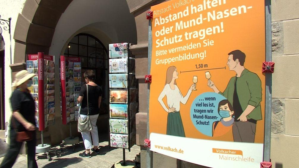 Plakat zu den Hygiene-Geboten in der Altstadt von Volkach