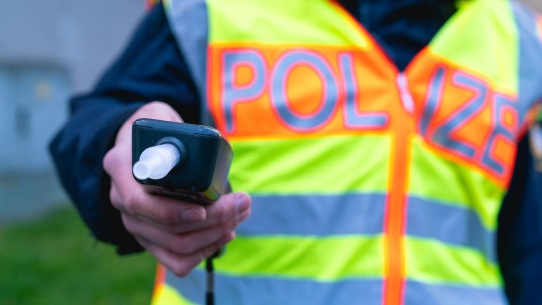Alkoholtest bei Polizeikontrolle (Symbolbild)