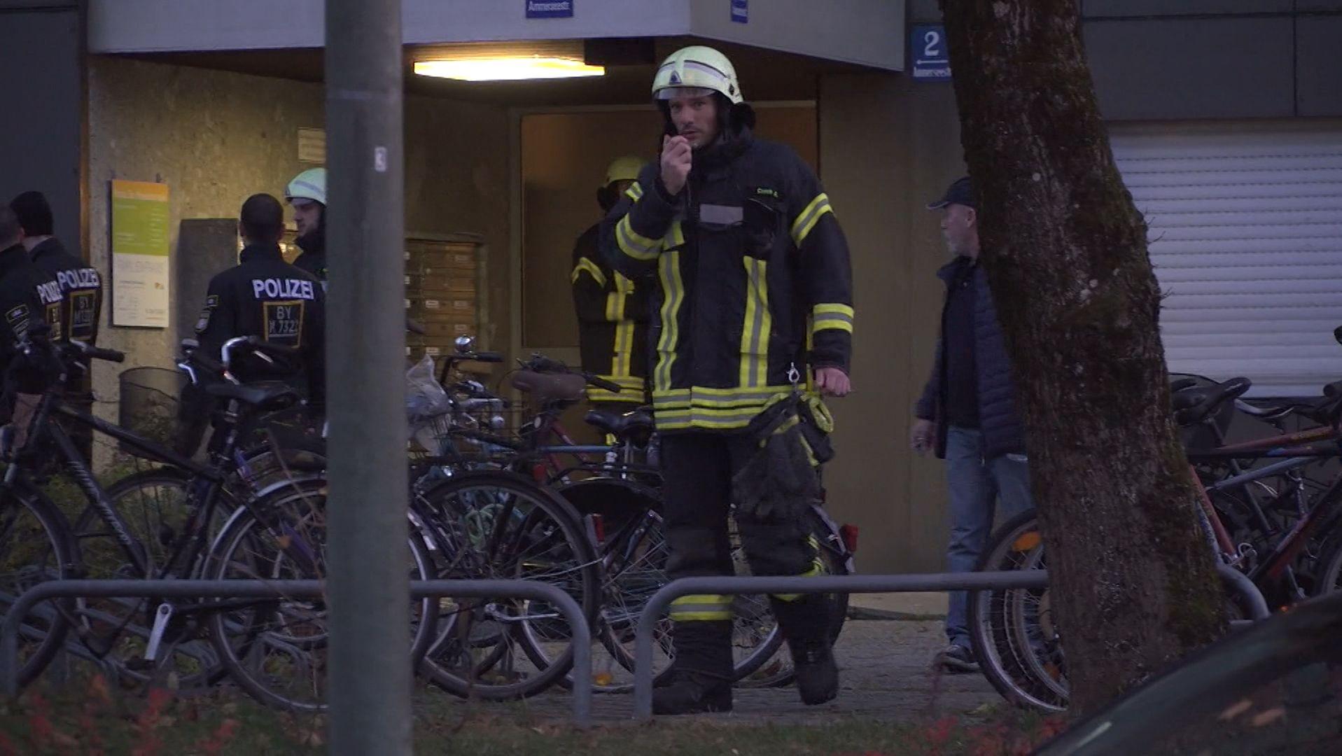 Feuerwehrmann im Einsatz am Ort des Bombenfunds.