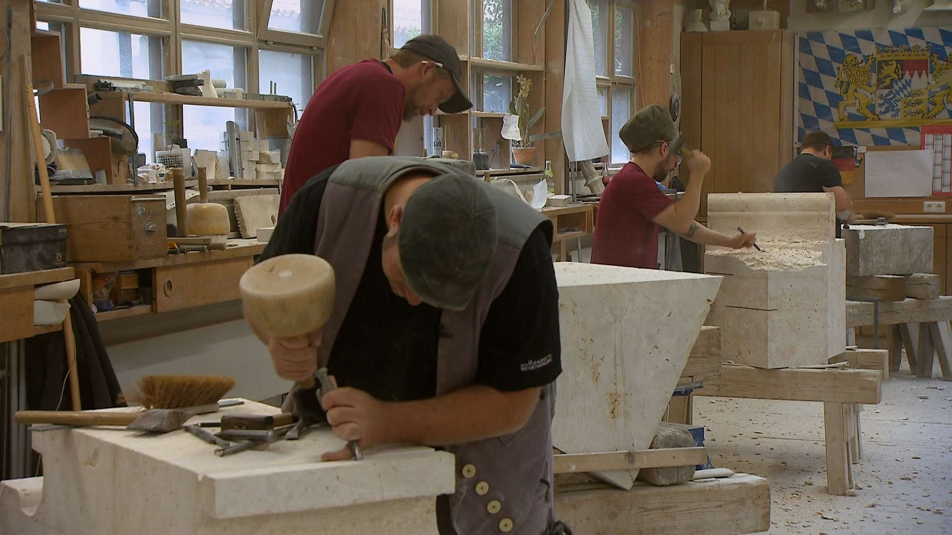 In der Regensburger Domhütte arbeiten derzeit 13 Handwerker an der Restaurierung des Doms.