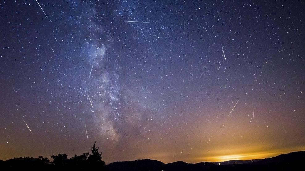 Sternschnuppen flitzen kreuz und quer über den Sternenhimmel