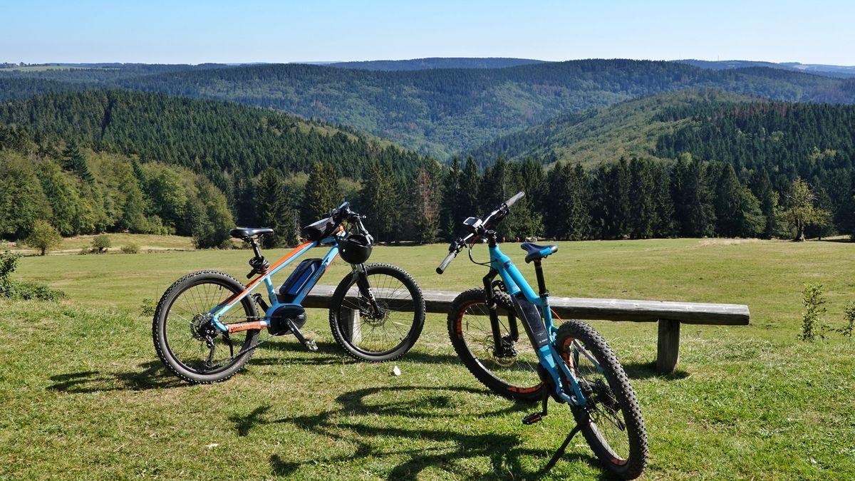 Zwei Mountainbikes während einer Tour-Pause.