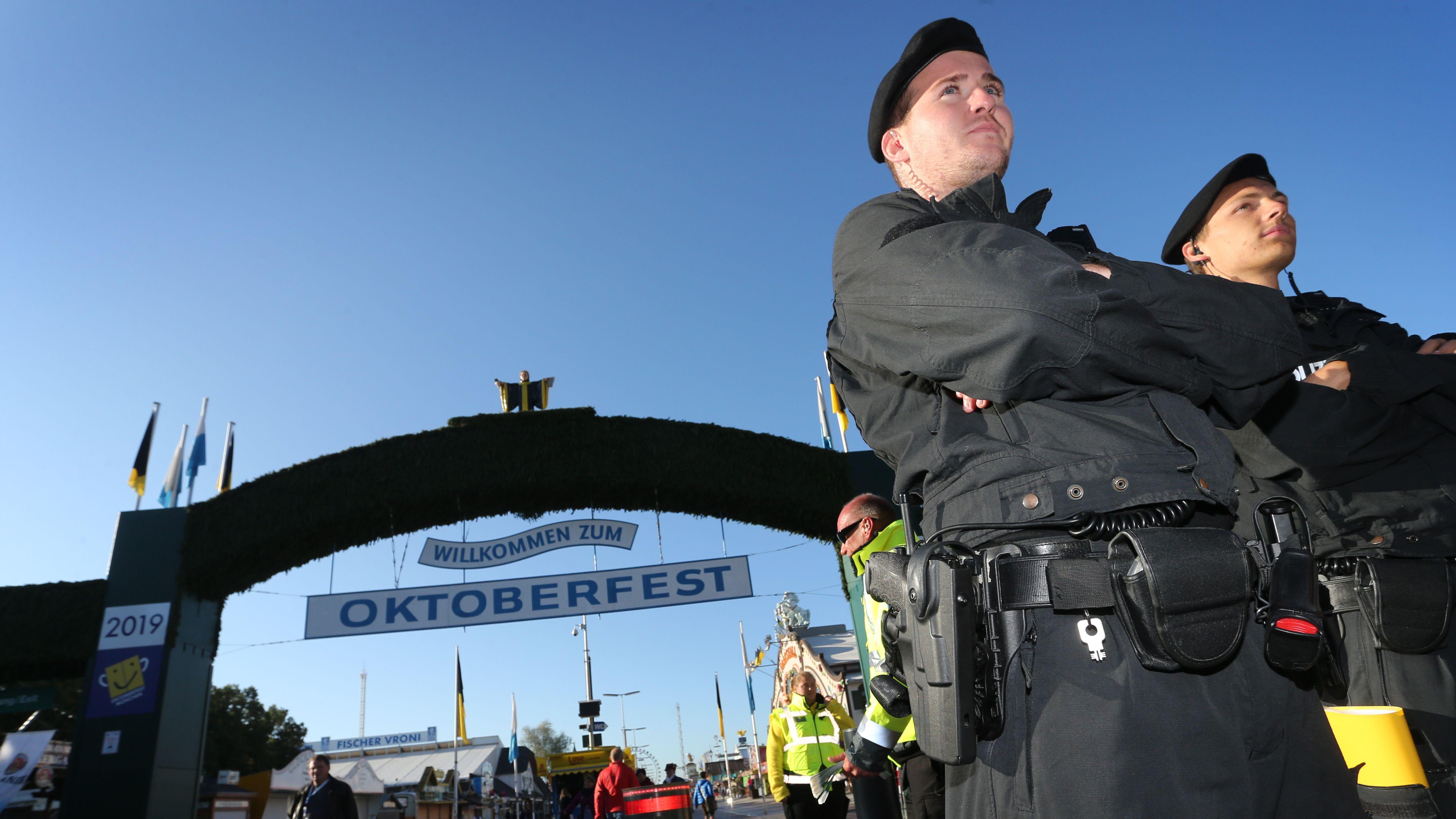 Polizisten vor dem Haupteingang zur Wiesn