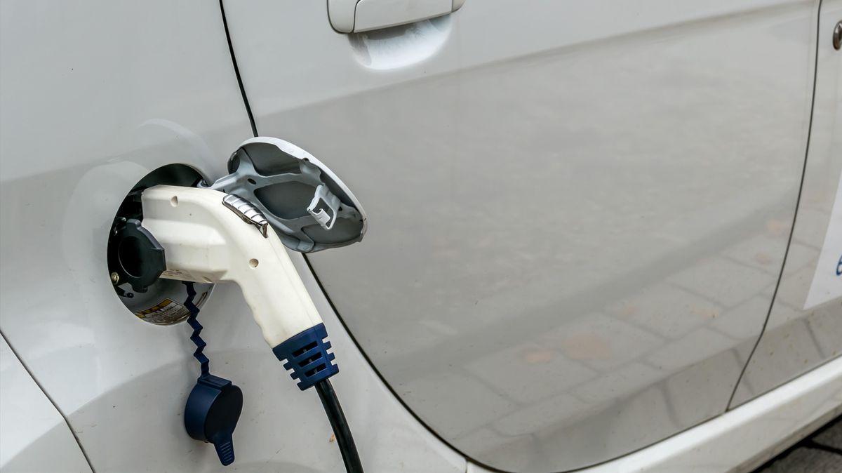 Ein Elektroauto wird geladen.