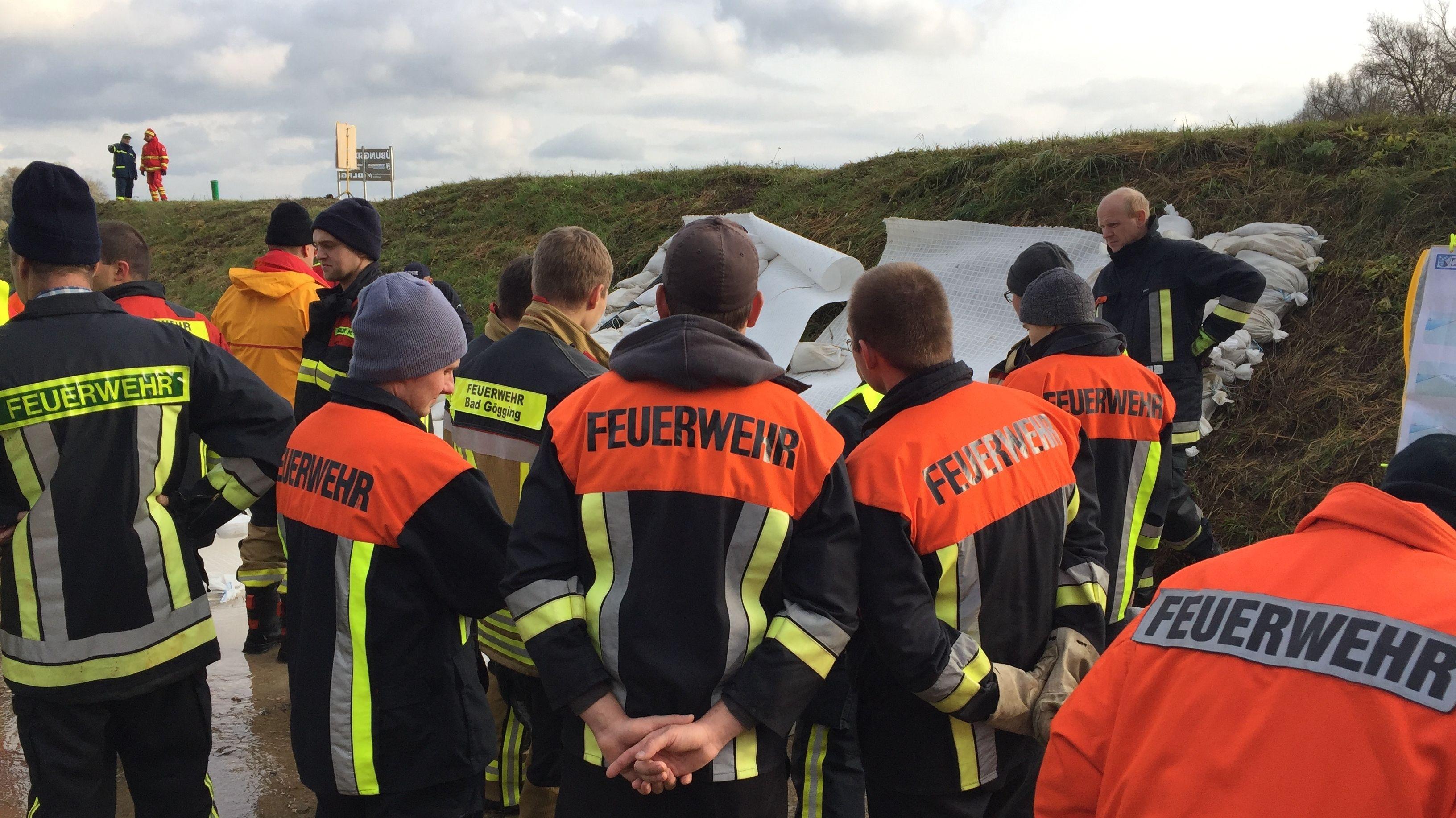 Einsatzkräfte vor dem Übungsdeich in Neustadt an der Donau