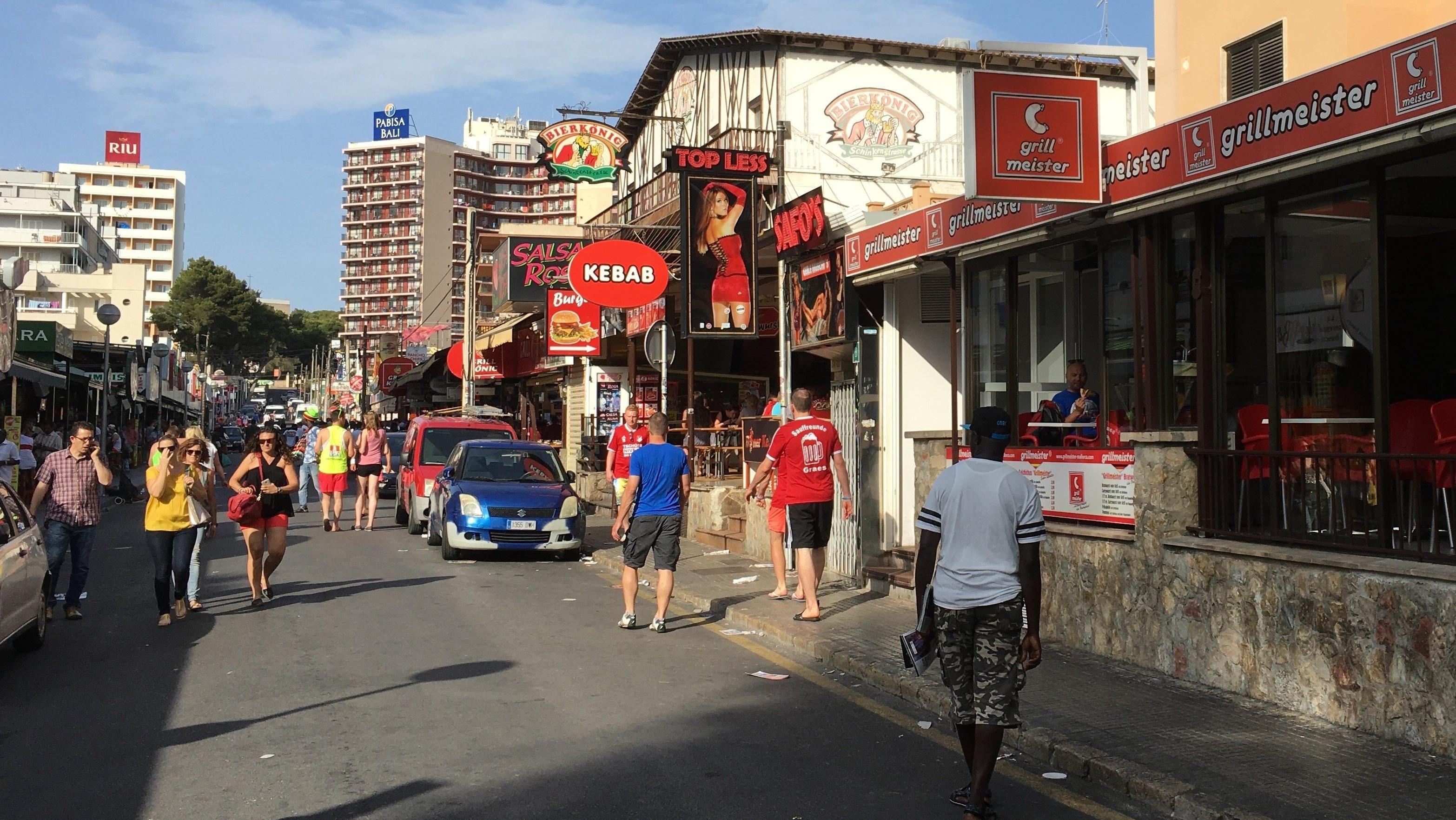 """Blick auf Carrer Pare Bartomeu Salva, die berühmte sogenannte """"Schinkenstraße"""""""